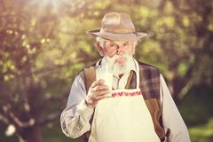 Landwirt mit Milchkrug stockfotografie