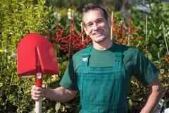 Landwirt oder Gärtner, die mit Schaufel im Garten aufwerfen Stockbilder
