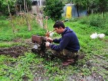 Landwirt an pflügendem Rohboden der Arbeit stockfoto
