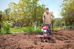 Landwirt pflügt das Land mit einem Landwirt und bereitet es für planti vor Lizenzfreie Stockbilder