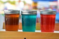Landwirt ` s Marktregal von selbst gemachten Gläsern des Geleehandwerkers machte Aromen Stockbilder