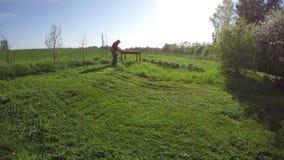 Landwirt schnitt mähendes Gras mit TrimmerRasenmäher Timelapse 4 K stock video footage