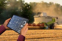 Landwirt steuert autonome Erntemaschine stockfoto