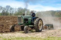 Landwirt zeigt weg Weinlesetraktor in Michigan USA Lizenzfreie Stockbilder