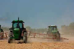 Landwirte, die das Feld pflügen Stockfoto