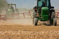 Landwirte, die das Feld pflügen Lizenzfreie Stockfotografie