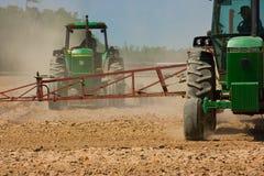 Landwirte, die das Feld pflügen Stockfotos