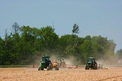 Landwirte, die das Feld pflügen Lizenzfreie Stockfotos