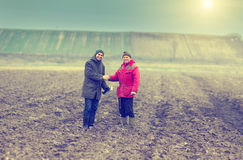 Landwirte, die Hände rütteln Stockfotografie