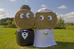 Landwirte, die Hay Bale Bride und Bräutigam heiraten Stockbild