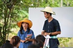 Landwirte, die Reis durch das Demonstrieren der genügenden Wirtschaft pflanzen Stockfotos