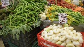 Landwirte ` Lebensmittel-Marktstall mit Vielzahl des organischen Gem?ses stock footage