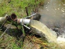 Landwirte pumpen Wasser in den Bereich, um Ernten vorzubereiten lizenzfreies stockbild