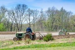 Landwirte zeigen weg alte Traktoren in Buchanan Michigan Lizenzfreie Stockfotografie