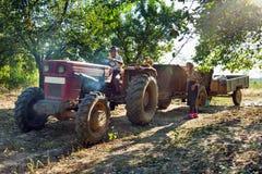 Landwirtfamilie mit Traktor Lizenzfreies Stockbild