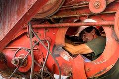 Landwirtfestlegungsmähdrescher stockfoto