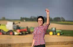 Landwirtfrau an der Ernte lizenzfreies stockfoto