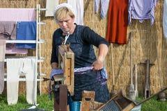 Landwirtfrau zeigt den Gebrauch von einem traditionellen washhub während eines niederländischen landwirtschaftlichen festiva Lizenzfreie Stockfotografie