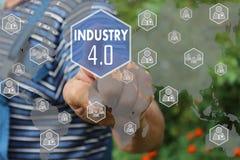 Landwirtgeschäftsmann, der Knopfindustrie 4 drückt 0 ist auf virtuellem Sc Stockfoto