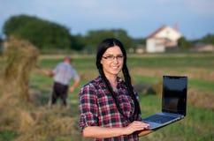 Landwirtmädchen mit Laptop auf Ranch Stockfotos