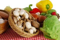 Landwirtmarktstandplatz mit Vielzahl des Gemüses Stockfoto