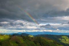 Landwirtschaft auf Berg mit Regenbogen Lizenzfreie Stockbilder