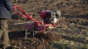 landwirtschaft Das Auto des Landwirts Landwirtm?hlen, die den Boden pfl?gen stock footage