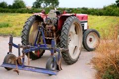 Landwirtschaft gealterte Retro- Weinlese des roten Traktors stockfotos