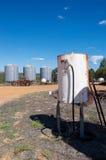 Landwirtschaft: Kraftstofftank, Traktor und Silos Lizenzfreies Stockfoto