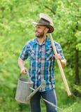 Landwirtschaft und Landwirtschaftsbearbeitung Gartenger?te Eco-Bauernhof Muskul?ser Ranchmann der Ernte im Cowboyhut Gl?ckliche E lizenzfreies stockbild