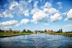 Landwirtschaft von Dorfansicht vom Wasser Kleine vektorhäuser Lizenzfreie Stockfotografie