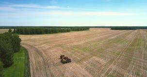 Landwirtschaftliche Ausrüstungsstände der Vogelperspektive auf Feld stock video