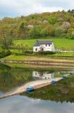 Landwirtschaftliche deutsche Landschaft mit einem Haus nahe dem Fluss Lizenzfreie Stockfotos