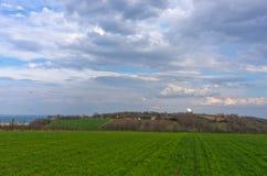 Landwirtschaftliche Felder nahe der Donau im Vorfrühling Lizenzfreies Stockfoto