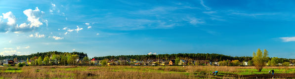 Landwirtschaftliche Felder und Stadt auf Horizont, Ukraine Lizenzfreie Stockfotos