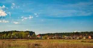 Landwirtschaftliche Felder und Stadt auf Horizont, Ukraine Stockfotos
