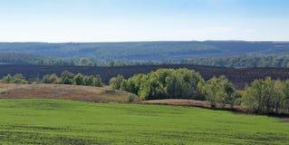 Landwirtschaftliche Felder und Wiesen Stockfotos