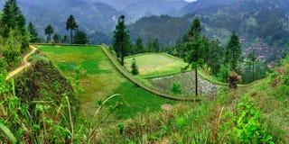 Landwirtschaftliche Frühlingslandschaft im Gebirgs-, ländlichen, Süd- West-Porzellan. Stockfotografie