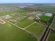 Landwirtschaftliche Landschaft Ansicht von oben Auf dem Horizont gibt es eine Geflügelfarm, ein Feld, Waldgürtel und einen Fluss Lizenzfreie Stockbilder
