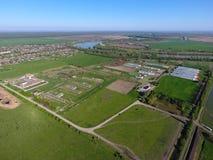 Landwirtschaftliche Landschaft Ansicht von oben Auf dem Horizont gibt es eine Geflügelfarm, ein Feld, Waldgürtel und einen Fluss Lizenzfreies Stockbild