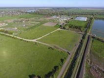 Landwirtschaftliche Landschaft Ansicht von oben Auf dem Horizont gibt es eine Geflügelfarm, ein Feld, Waldgürtel und einen Fluss Lizenzfreie Stockfotografie