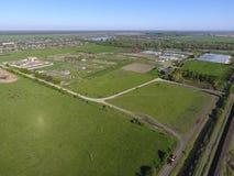 Landwirtschaftliche Landschaft Ansicht von oben Auf dem Horizont gibt es eine Geflügelfarm, ein Feld, Waldgürtel und einen Fluss Lizenzfreie Stockfotos