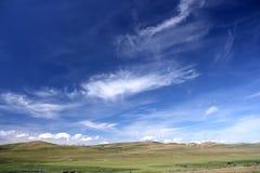 Landwirtschaftliche Landschaft, blauer Himmel Stockfotografie