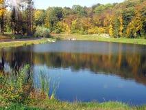 Landwirtschaftliche Landschaft des Herbstes mit See Lizenzfreie Stockfotografie