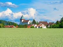 Landwirtschaftliche Landschaft des Schweizer Sommers Lizenzfreie Stockbilder