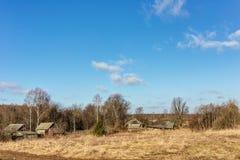 Landwirtschaftliche Landschaft im frühen Frühling Stockbild