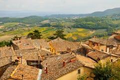 Landwirtschaftliche Landschaft mit altem Dorf in Toskana stockbilder