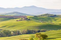 Landwirtschaftliche Landschaft mit Bergen Lizenzfreies Stockfoto