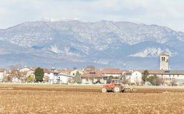 Landwirtschaftliche Landschaft mit dem Traktorpflügen Lizenzfreies Stockbild