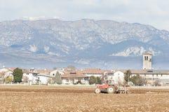 Landwirtschaftliche Landschaft mit dem Traktorpflügen Stockbilder
